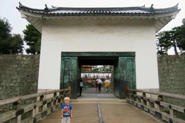 5.1475107200.gate-and-bridge-inside-nijo-caste-grounds