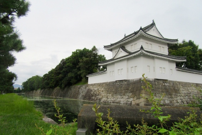 5.1475107200.moat-at-nijo-castle